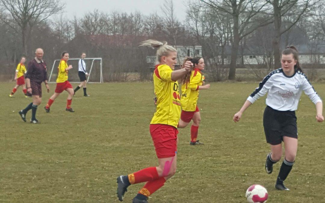Fotoverslag wedstrijd Dames Sc Kootstertille VV Drogeham 1 – Drachtster Boys 1  : 5-1 en ontvangen trainingskleding van Autobedrijf Waaksma